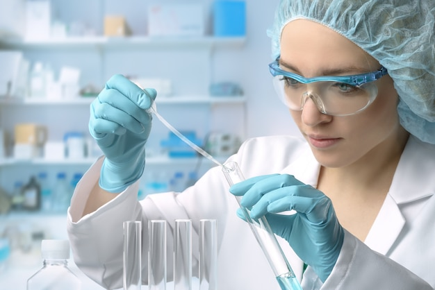 La giovane tecnologia o scienziata femminile esegue il test delle proteine