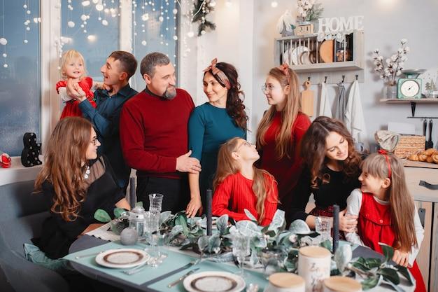 La grande famiglia con quattro figlie trascorre del tempo a casa