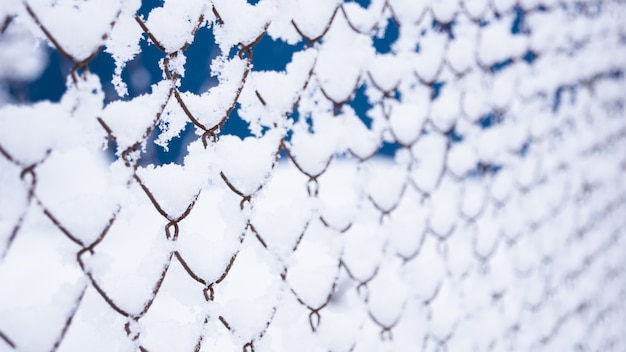 La griglia recinta la neve. molta neve sul recinto di ferro