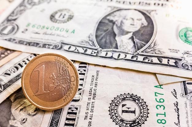 La guerra delle tariffe internazionali raggiunge il mercato europeo, con lo sfondo delle monete in euro contro il dollaro.