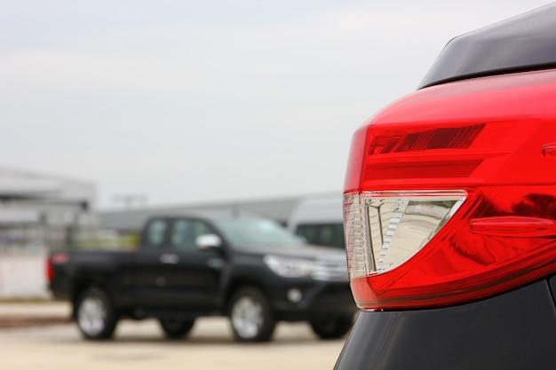 La lampada posteriore dell'auto con sfocatura raccoglie lo sfondo