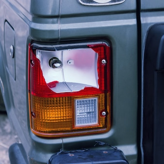 La lampada posteriore dell'auto d'argento rotta dall'incidente. concetti - incidente, assicurazione auto, incidente stradale.