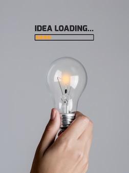 La lampadina inizia gradualmente a accendersi nella mano della donna con il testo