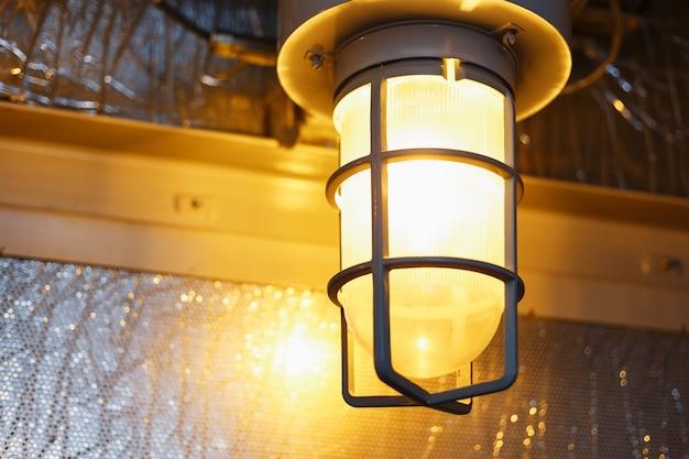 La lanterna a prova di esplosione industriale di nero e grigio splende con luce bianca alla mostra di estrazione del carbone