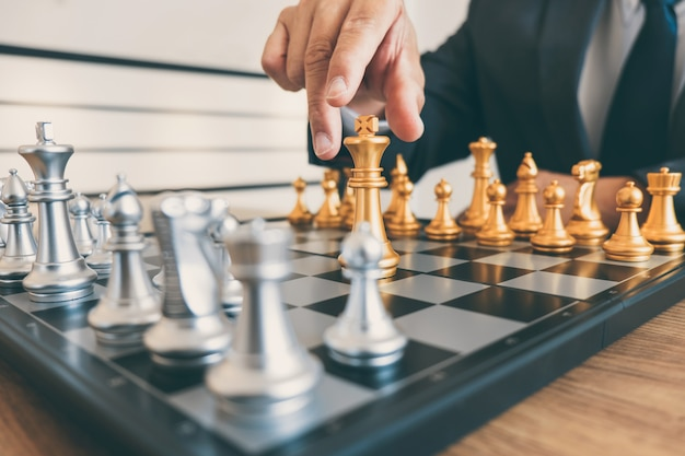 La leadership dell'uomo d'affari che gioca a scacchi e pensa al piano strategico sull'incidente rovescia la squadra opposta e lo sviluppo analizza per il successo dell'azienda