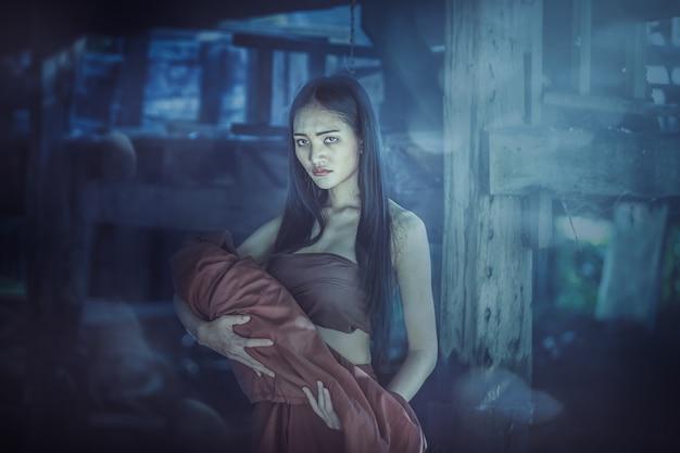 La leggenda di mae nak phra khanong. concetto di thai ghost, scena horror di donna spaventosa con il suo fantasma bambino
