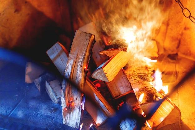 La legna da ardere brucia nel camino.