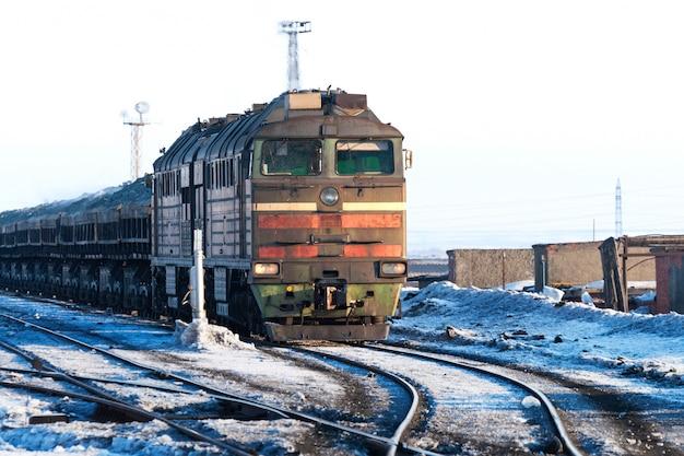 La locomotiva diesel è un treno merci.