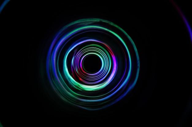La luce colorata si sposta in tondo su una lunga esposizione sparata al buio.