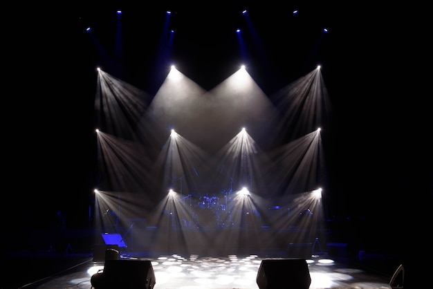 La luce dei proiettori nel fumo sul palco.