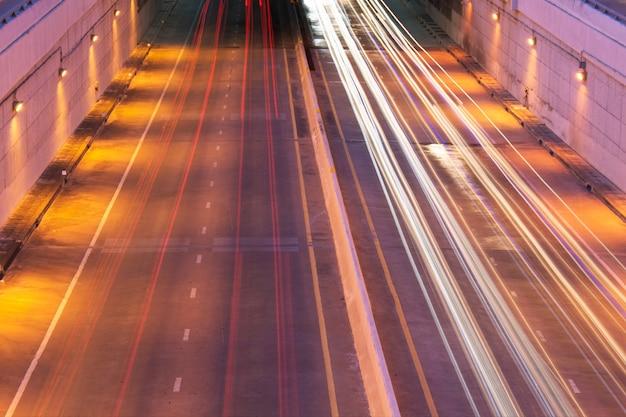 La luce forma un'auto e un tunnel