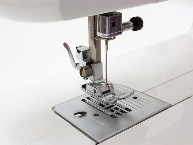 La macchina da cucire di colore bianco di tipo elettrico di nuova generazione