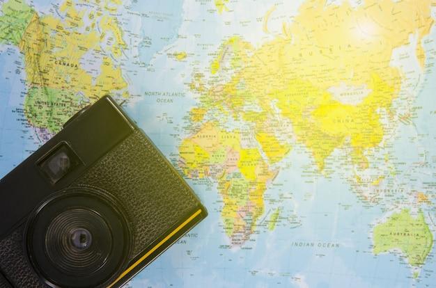 La macchina da presa giace sulla mappa del mondo
