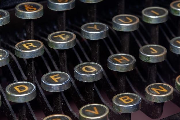 La macchina da scrivere antica chiude a chiave la foto del primo piano - vecchio dettaglio d'annata della macchina da scrivere