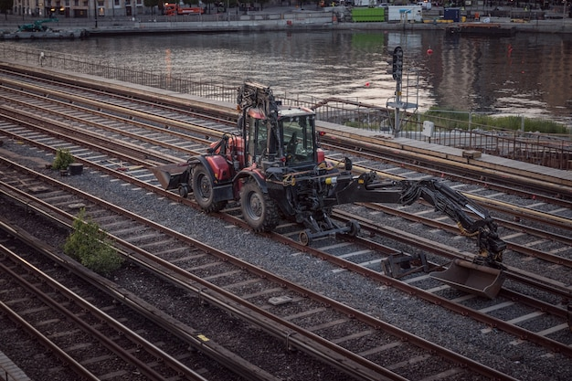 La macchina dell'escavatore scava sulla ferrovia