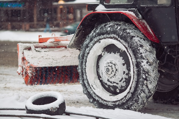 La macchina della neve pulisce la neve in città.