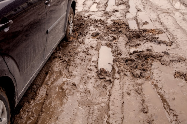 La macchina è bloccata su una brutta strada nel fango