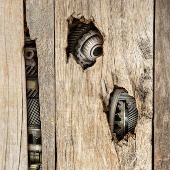 La macchina nel foro di legno per il concetto di tecnologia retrò
