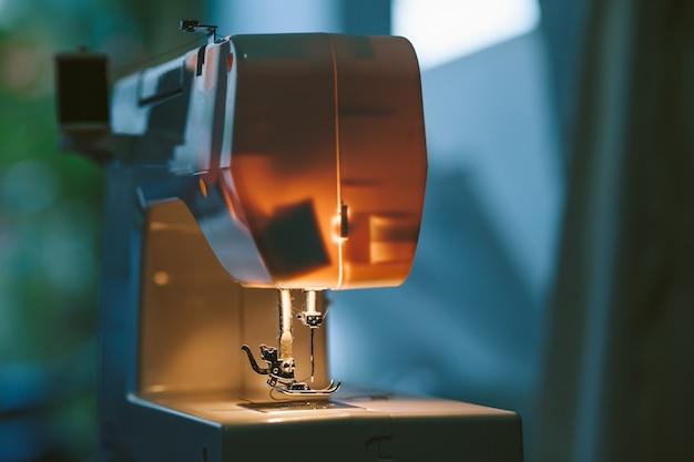 La macchina per cucire e l'ago cuciono la fase tessile del tessuto sopra il punto