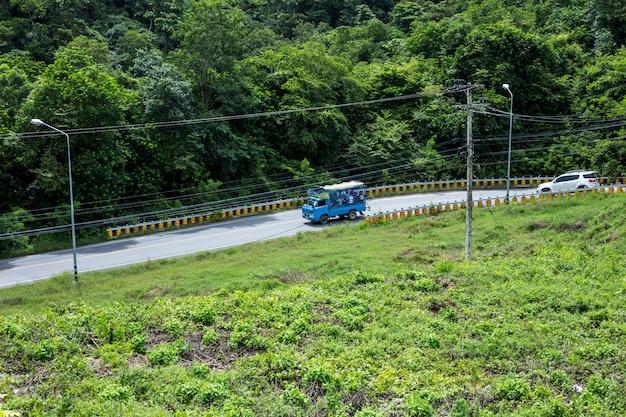 La macchina sta guidando giù per le colline dalla diga di san dam di kaeng krachan