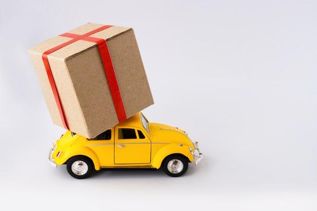 La macchinina gialla trasporta un pacco.