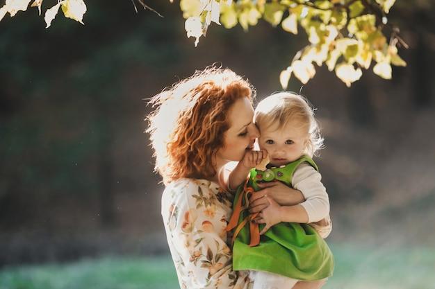 La madre che abbraccia la figlia