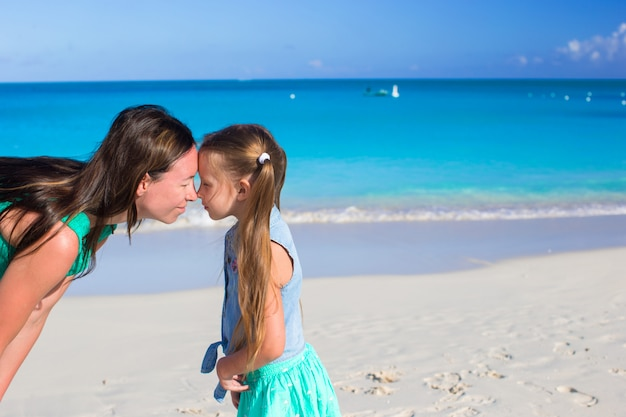 La madre con la bambina si diverte in vacanza estiva