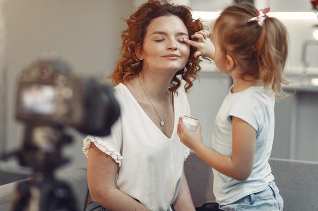 La madre con la figlia spara un blog di bellezza