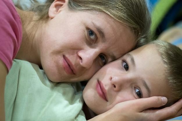 La madre e il figlio felici insieme prima di dormire augurano buona notte e sogni meravigliosi.