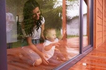 La madre e il figlio guardando la finestra