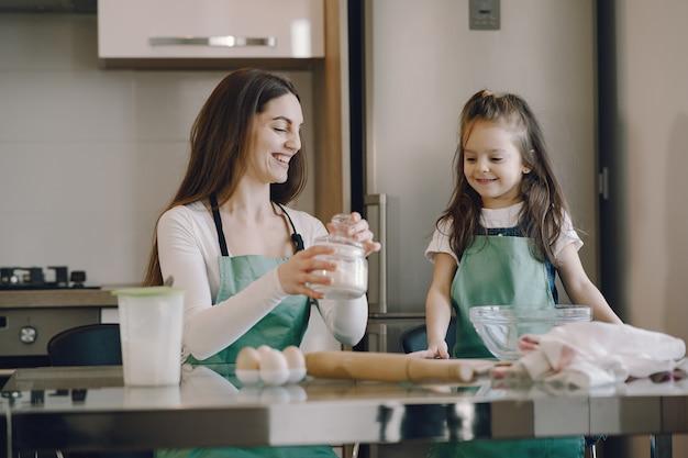 La madre e la figlia cucinano la pasta per i biscotti