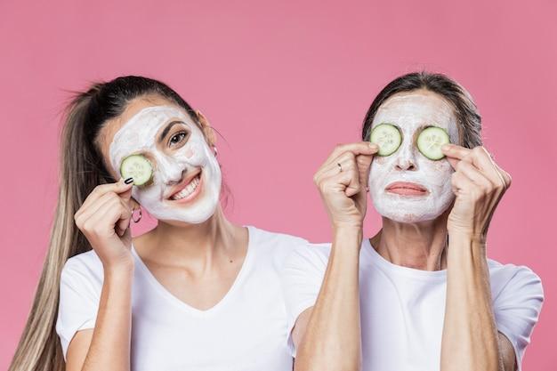 La madre e la figlia si prendono cura del viso a casa
