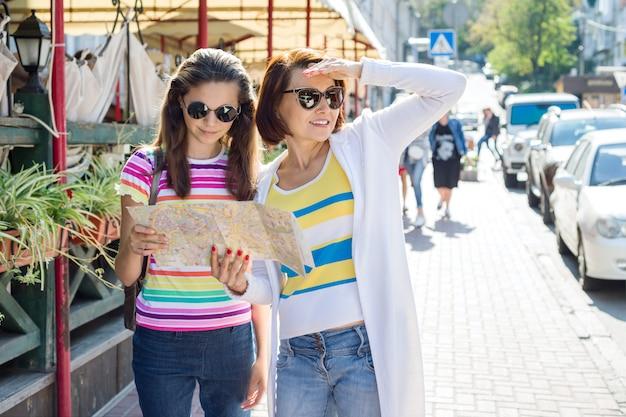 La madre e la figlia teenager guardano la mappa