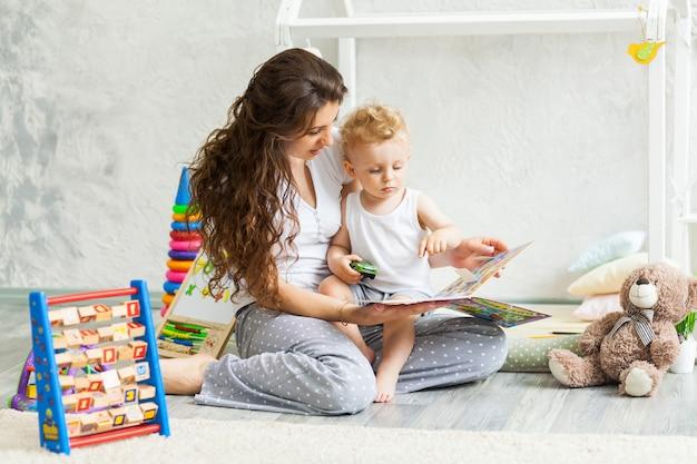 La madre e suo figlio giocano insieme al coperto