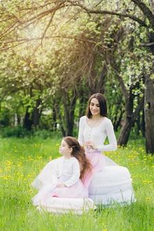 La madre e una piccola figlia camminano in primavera apple di fioritura