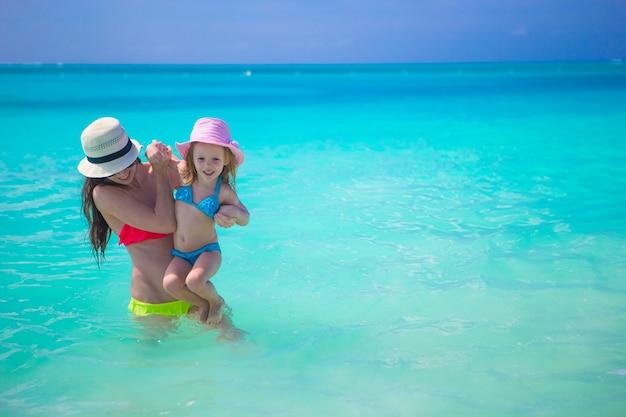 La madre felice con il suo bambino si diverte in vacanza estiva