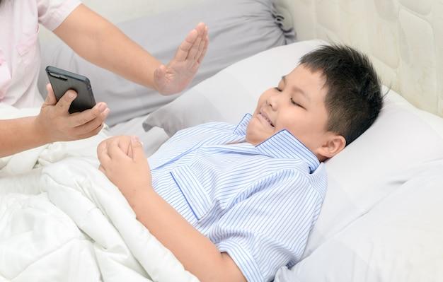 La madre ha ordinato ai bambini di non giocare con i telefoni cellulari