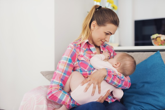La madre nutre il bambino con il seno.