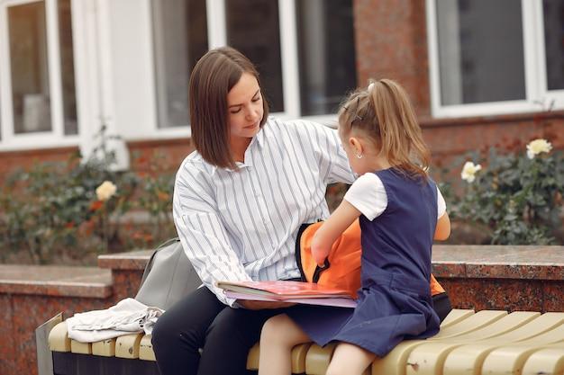 La madre prepara la piccola figlia a scuola