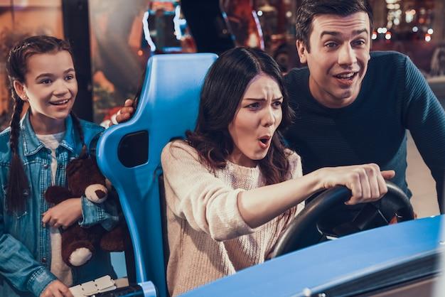 La madre sta guidando un'auto in sala giochi