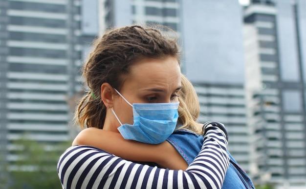 La mamma abbraccia il bambino