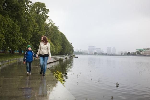La mamma cammina con suo figlio in estate, cammina con la famiglia, le tradizioni familiari, l'amore e la comprensione