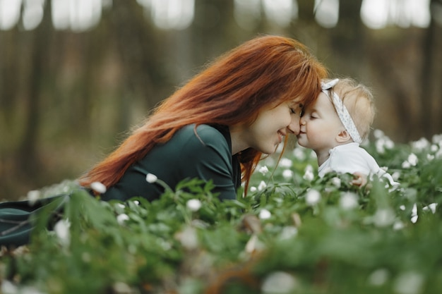 La mamma è felice con la sua piccola figlia