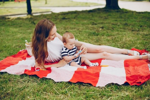 La mamma e il figlio si rilassano nel parco.