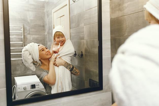 La mamma insegna al figlio piccolo a lavarsi i denti