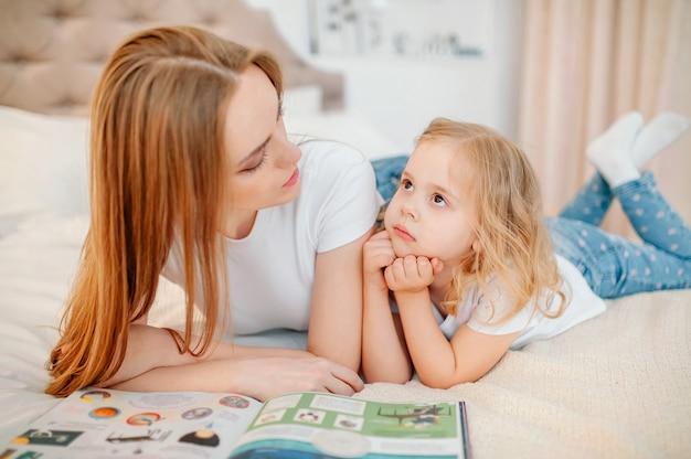 La mamma legge la storia di sua figlia a letto, pensò baby girl