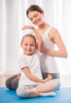La mamma mostra alla figlia piccola come farlo nel modo giusto.