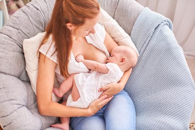 La mamma nutre il bambino.