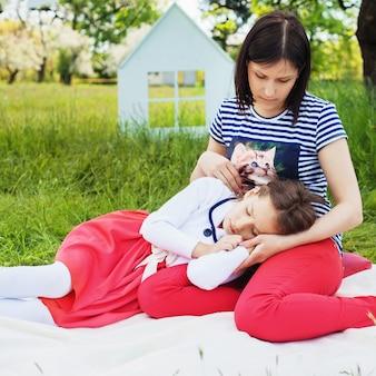 La mamma passa il tempo con la sua piccola figlia nel parco. piazza.