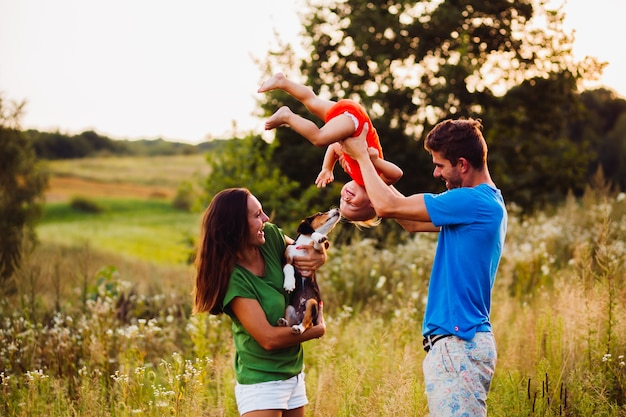 La mamma tiene piccolo papavero mentre papà sta con il figlio capovolto